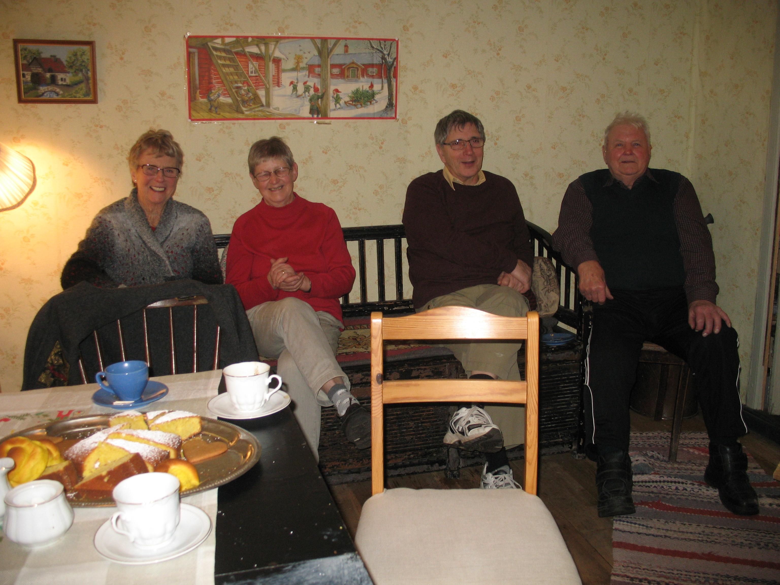 Tre i soffan och en bredvid, från vänster Birgitta, Gertrud, Rune och Tyko.